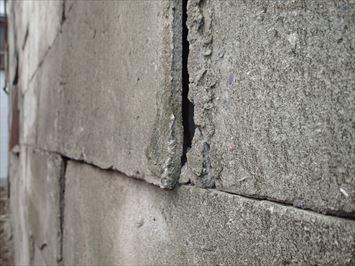 コンクリートが反ってしまい隙間ができています