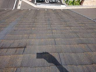 色褪せが目立ち、防水機能の失われたスレート屋根