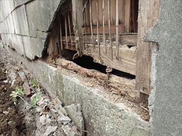 土台近くの外壁が崩れてしまっています