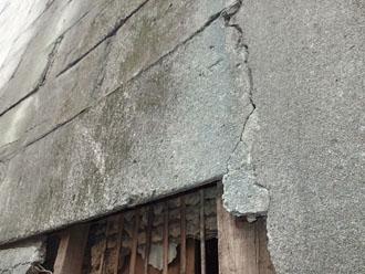 外壁のコンクリートにひび割れが生じています