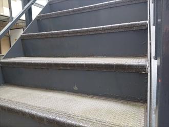 階段の鉄骨部分がサビています