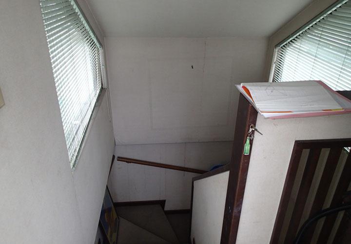 階段室の雨漏り跡