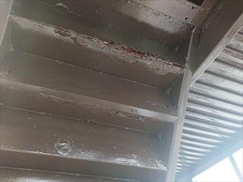 階段は上から雨水が回ってサビてしまいます