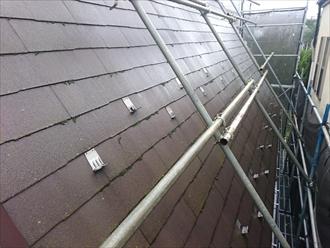 急勾配の屋根は屋根にも足場を架けます