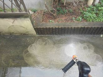 敷地内の洗浄作業