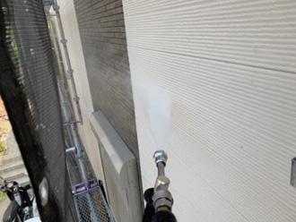 高圧洗浄で窯業系サイディング外壁に付着した汚れを除去