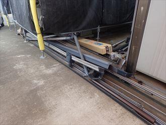 葛飾区金町で行った雨樋交換工事で既存の雨樋を解体します