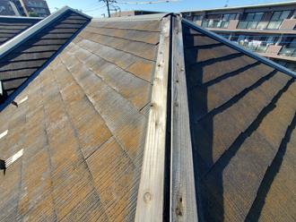 棟板金が飛散し、貫板が丸見えの状態