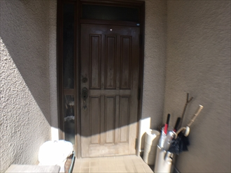 白くなってしまった玄関ドア