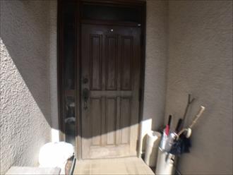 狛江市西野川にて玄関ドアの塗装の様子をお届けいたします