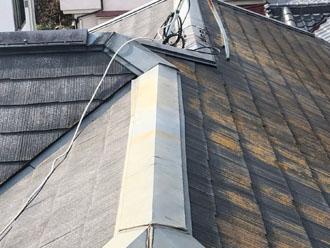 スレート屋根の調査では藻の繁殖と棟板金の浮きを確認