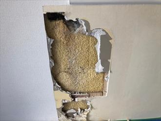 壁紙、石膏ボードを剥がしていきます