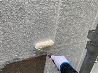 下塗り塗料は白色です