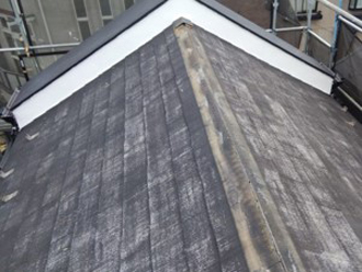 劣化した貫板と棟板金を撤去