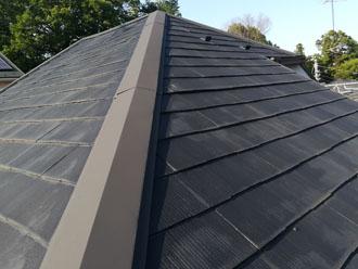 急勾配のスレート屋根には色褪せが目立ちます