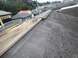 台風によって棟板金が飛散した屋根