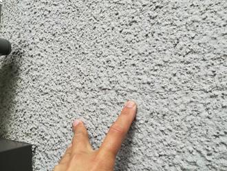 クラック(ひび割れ)が発生したモルタル仕上げの外壁