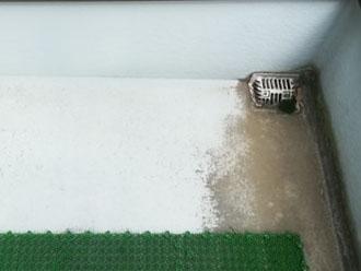 汚れが目立つバルコニー床