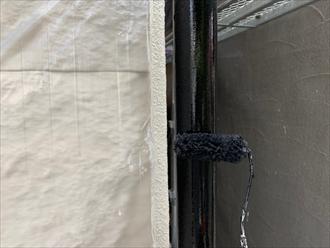 竪樋も紫外線に劣化するので塗装で保護します