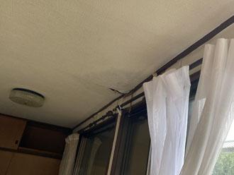 雨染みによって天井が剥がれかけている部分もあります