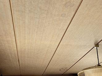室内天井にはシミができています