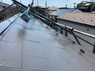 屋根足場を一旦浮かせてから塗装します