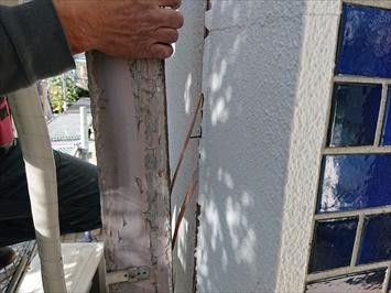 壁の中に埋まっている木枠を撤去します