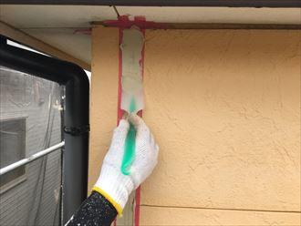 マスキングテープで養生した上からシーリング材を注入