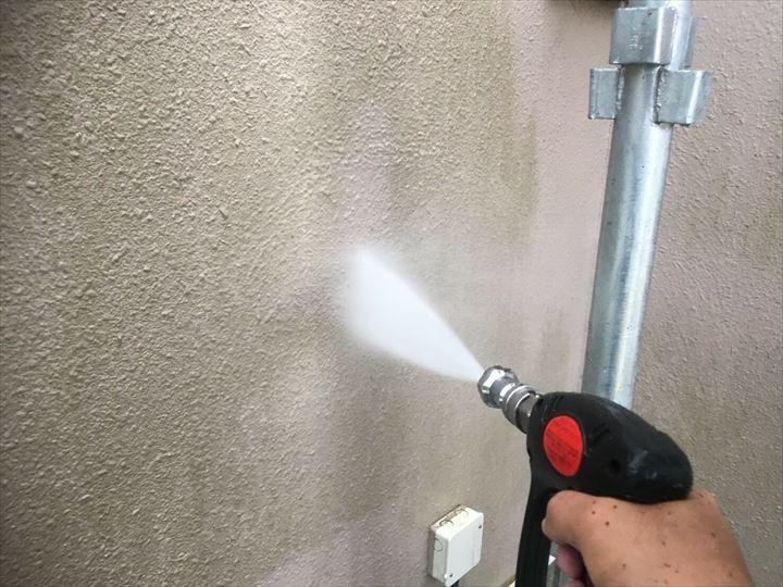 葛飾区金町で行った外壁塗装工事で塗装前に必ず高圧洗浄で汚れを除去します
