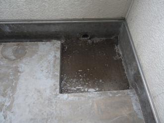 排水溝付近にも汚れが溜まっています