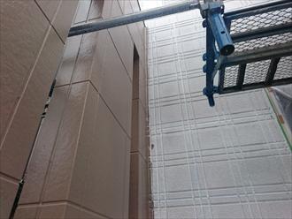 外壁は下塗りで柱型は中塗りの状態です