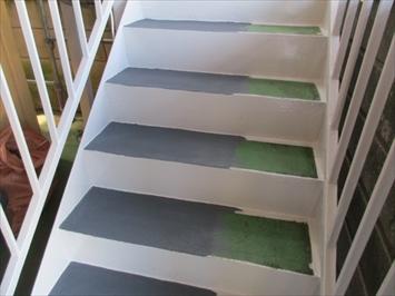 床の滑り止め塗料は通行できるように反面ずつおこないます