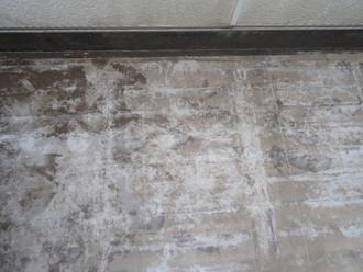 バルコニー床には黒ずみが目立ちます