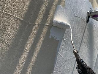 外壁も下塗り材で真っ白になります