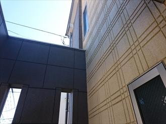 外壁にはパネルが貼ってあります