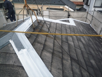 棟板金にサビ止めを塗装します