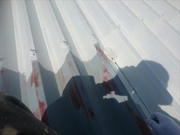 折板屋根の下塗りはサビ止めです