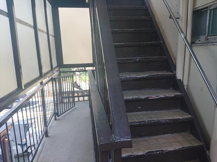 タイルが張ってある鉄骨階段