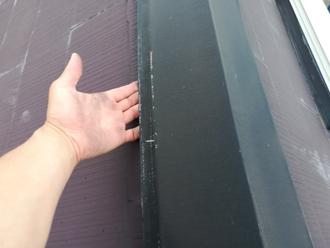 棟板金とスレート屋根の間に隙間ができているようす