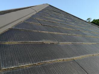 急勾配のスレート屋根の小口には藻が発生しています