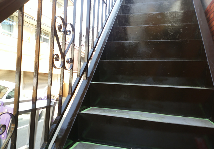 塗装後のアパート鉄骨階段