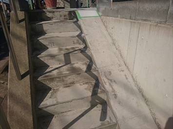 汚れを洗い流した外階段