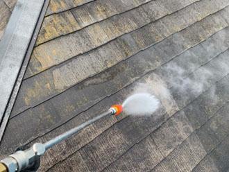 高圧洗浄で屋根の汚れを除去