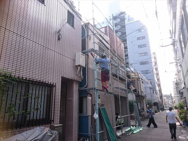 足場架設と複合外壁