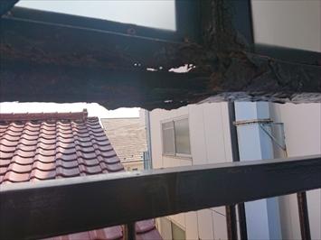 雨水によって鉄が錆びてしまいボロボロです
