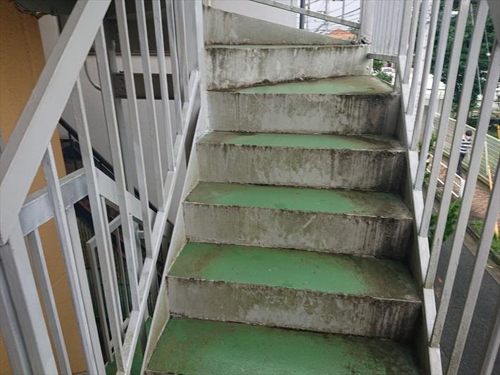 汚れが目立つ鉄骨階段