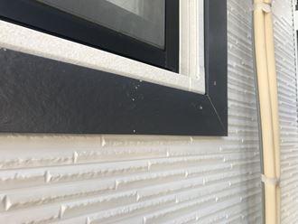 窓枠外に飾りモール