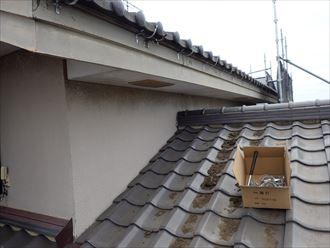 葛飾区金町で行った雨樋交換工事で吊り金具の設置
