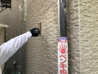 上塗り作業中のサイディング外壁