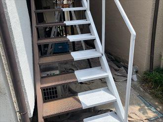 鉄階段の半分ずつを施工していきます